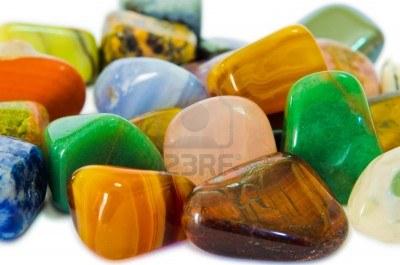 13243411-diverses-pierres-mineraux-pierres-precieuses-qui-contiennent-de-l-39-homme-force-spirituelle-croit