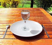 220px-Fasting_4-Fasting-a-glass-of-water-on-an-empty-plate