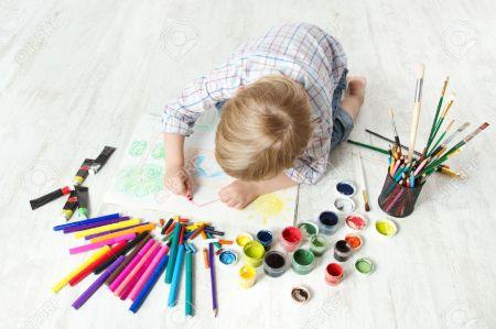 14434890-Photo-dessin-Enfant-avec-un-crayon-l-aide-d-un-album-beaucoup-d-outils-de-peinture-Vue-d-en-haut-Con-Banque-d'images